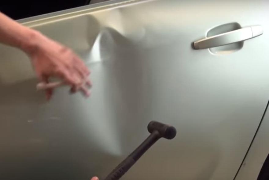 Фото процесса выстукивания вмятины в «АвтосервисПрофи» в Курске